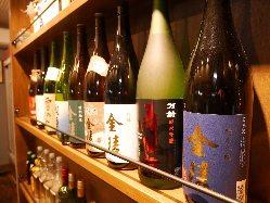 当店自慢の地酒は一合400円(税抜)~。ちびちびと味わって◎