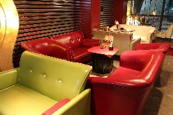 色鮮やかなソファー☆どの席に座るか迷います!