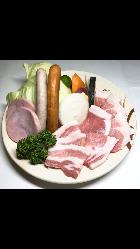 焼き肉セットは、お肉の他にハムやソーセージも贅沢に楽しめます