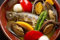 白身魚と蝦夷鮑の蒸しアクアパッツァ2人前2,138円(税込)