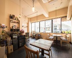 こじんまりとした店内は、日の光が差し込む暖かな空間。