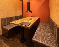 4名様用の完全個室のテーブル席は2部屋ご用意。
