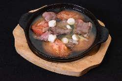 豚タンとトマトのアヒージョ。流行のアヒージョをタンとトマトで