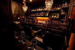 カウンター席ではゆったり落ち着いた雰囲気の中お酒が愉しめる。