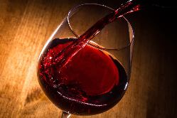 おしゃれな空間でお酒と自慢の一品料理を味わえる。