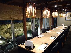 日本庭園を眺めながらゆったりとした完全個室のテーブル席