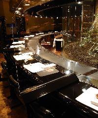 坪庭を背景にプロの技を眺め ライブ感溢れるお食事をどうぞ