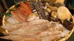 カウンターにずらりといわきの 鮮魚が並びます。