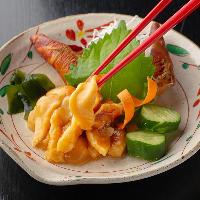【ホヤ刺し】 生で仕入れた新鮮なホヤを使用。人気の一皿です。