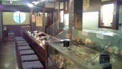 入り口前に水槽とネタケースも! お好きな魚も選べます!