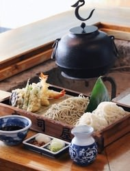 「相盛り板天」一度に2種類のそばと天ぷらの味を楽しめます