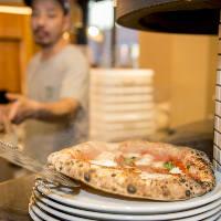 ピッツァ職人が一枚一枚丁寧に焼き上げます。