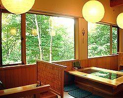窓いっぱいの木々。 季節毎の美しさを愛でながら。