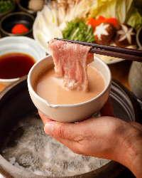 しゃぶしゃぶには、こだわりのくるみダレ・ポン酢で召し上がれ
