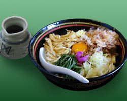 【納豆うどん】玉子、油揚・・・花カツオの絶妙なからみが最高