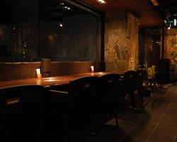 夜景を眺める窓際席は デートや記念日におすすめ