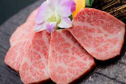 炭火で焼いた上質なお肉は、とろけるほどジューシーな味わいです