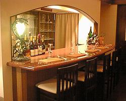 5席だけの小さなワインカウンター。