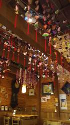 木の温もりと吊し飾りに囲まれた店内