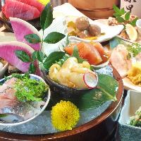 桶盛り、鮮魚や酒の肴など盛り合わせでお出ししております。