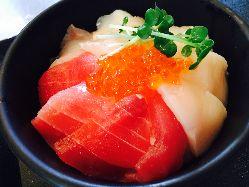 かきと鮮魚の仲卸【かきや】の 海鮮丼はピチピチ鮮魚がテンコ盛り!