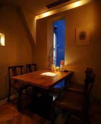 多彩な雰囲気の中から お好きなテーブルをどうぞ