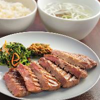 《極厚芯たん定食》 肉厚で柔らかな食感が人気の一品。