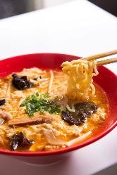 食事メニューも充実 「スーラータン麺」
