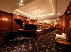 ピアノの生演奏の中でお食事を楽しめます