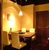 2~4名様用の個室完備、大人のプライベート空間となっております