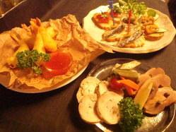 お肉や魚介類などお酒に合う一品料理も充実しております!