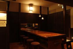 最大8名までの吉野杉の大テーブル。