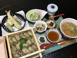 ご飯が見えないほど海鮮を器に敷き詰めた「四季飯」。