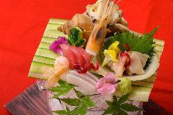 旬の「お造り盛り合わせ」 新鮮な海鮮が彩り良く