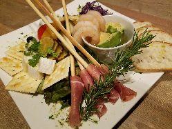 全宴会コースに必ず付く前菜プレートは必食の1品!