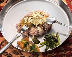 数種類のカレーと惣菜を混ぜ合わせて食するのが本場流