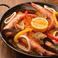 魚介のパエリアは生米から炊き上げます!