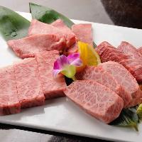 A5ランク黒毛和牛の焼肉。人気の特選セットは4種類の盛合せ。