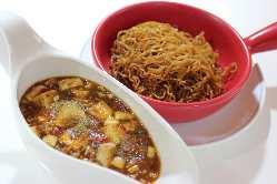 麻婆焼きそば 熱々の土鍋でお召し上がり下さい。