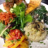 ランチプレートは野菜を中心にした数種の前菜を一枚のお皿で♪