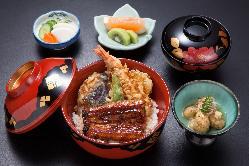 当店自慢の蒲焼と海老や野菜の天ぷらのコラボ丼。食べ応えあり。