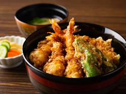 隠れ人気商品天丼(写真は海老天丼)鰹節のきいた丼ダレが決め手