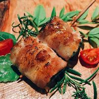 新鮮な野菜をたっぷりと楽しめる「博多野菜巻き串」。