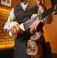 テーブル上でナイフで削いでご提供する極上肉!