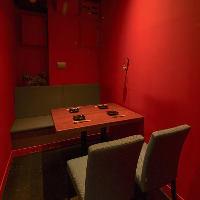 赤いモダンな個室 2名~5名様