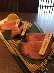 牛仁特製超熟成タン・塩タン・厚切りタンの今一番人気盛り合わせ