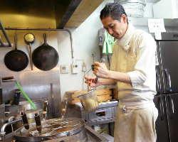 店主・小松氏の穏やかな人柄に魅せられる常連客も多い