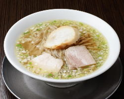 シンプルな調味料でスープの旨みを堪能できる「塩らーめん」