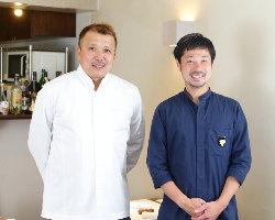 ゲストに美食の時間を届ける、佐藤シェフ(左)とソムリエの白岩氏