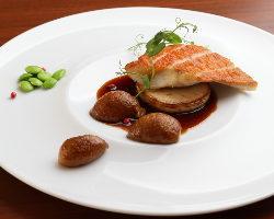 地元で獲れた新鮮魚介を、フランス料理の技法を駆使して調理